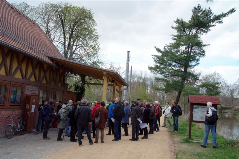 Zum Abschluss gab es eine gemeinsame Exkursion in das Naturschutzgebiet 'Burgaue', den Lebensraum der diesjährigen Auwaldpflanze.