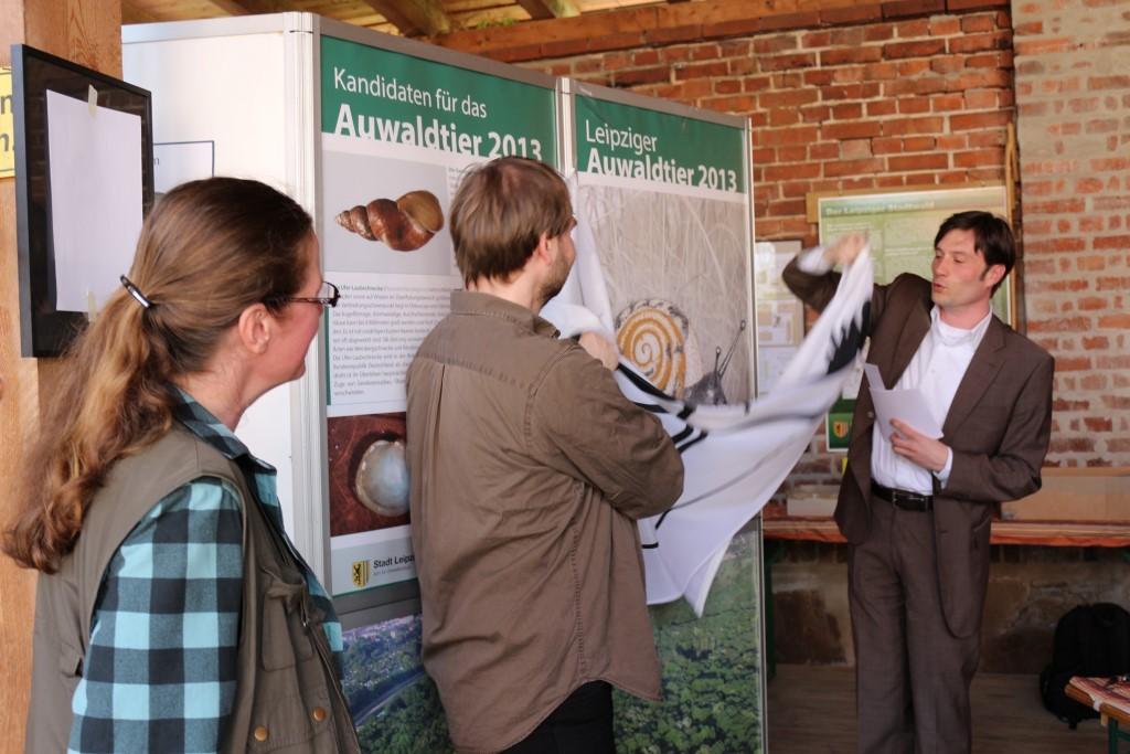 Unterstützt von René Sievert (NABU Leipzig) und der Weichtierexpertin Katrin Schniebs hat Umweltbürgermeister Heiko Rosenthal das Leipziger Auwaldtier des Jahres 2013 enthüllt. Foto: Maria Vitzthum