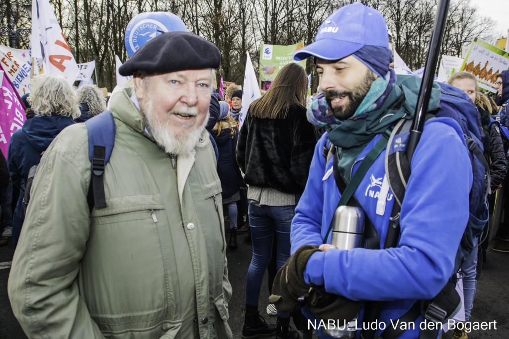 """Unter den Demoteilnehmern im """"Blauen Block"""" war auch der Träger des Alternativen Nobelpreises,</p>Professor Michael Succow (links).</p>Foto: Ludo Van den Bogaert"""