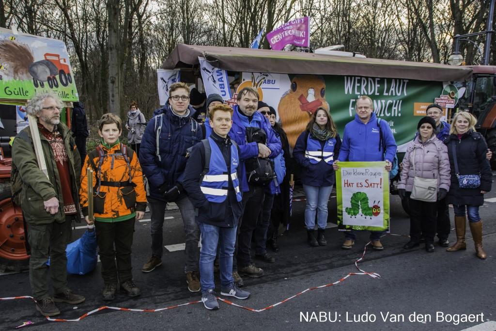 "Demoteilnehmer aus Leipzig vor dem ""NABU-Kremser"" am Ende der Großkundgebung.</p>Foto: Ludo Van den Bogaert"