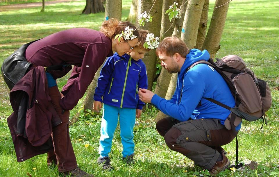 Bei sonnigem Frühlingswetter führte Biologe René Sievert vom NABU Leipzig (rechts) eine kleine Gruppe durch die Natur des Schönauer Parks.