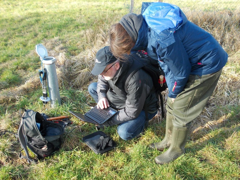 Mit einem Laptop können die Wissenschaftler die Daten der Messgeräte auslesen – hier die eines Grundwasserloggers.