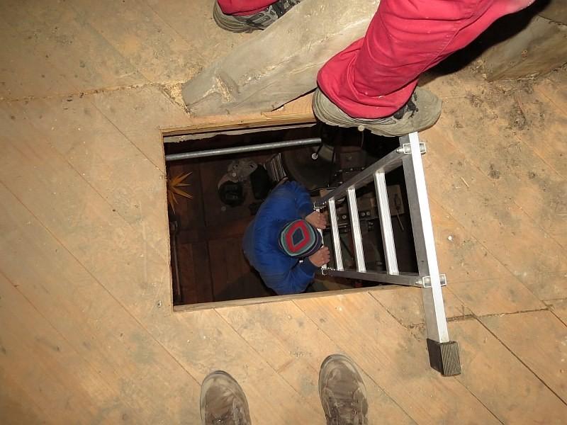 Über Leiter und Seilzug wurde das Werkzeug und Material in die Turmspitze befördert.