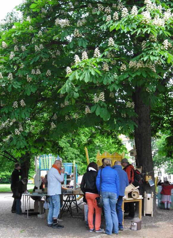 Unter einer Kastanie im Stadtteilpark am neuen NABU-Büro waren Info-Tische aufgestellt. Foto: René Sievert