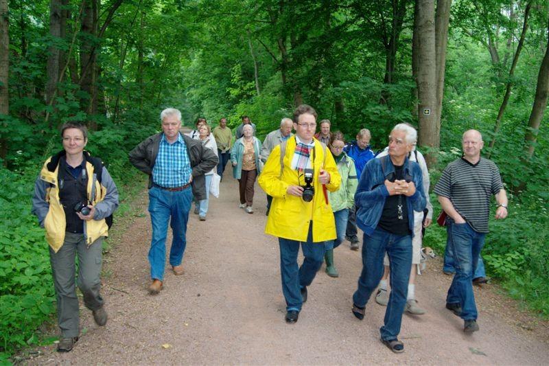Dr. Peter Otto von der Universität Leipzig (rechts) führte am Eröffnungsabend der Naturschutzwoche die Exkursion durch die Burgaue.<p/>Foto: René Sievert