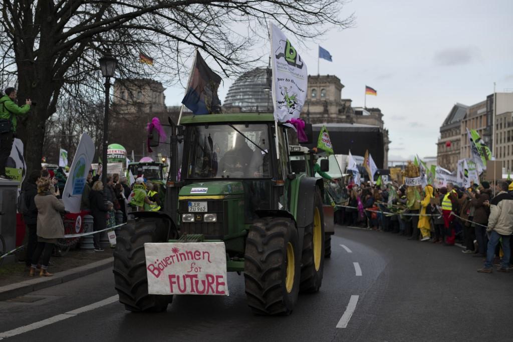 Eine bunte Karawane von Traktoren hat den Demonstrationszug angeführt.</p>Foto: Nick Jaussi/wir-haben-es-satt.de