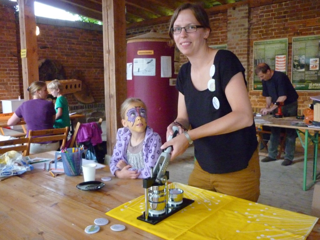 NABU-Mitarbeiterin Dr. Anne Weber betreute die Button-Maschine (und hatte sich auch selbst einige Schmuckstücke gebastelt).</p>Foto: NABU Leipzig