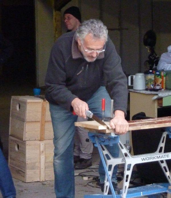 Vogelschützer bei der (Hand-)arbeit: Zusammen mit der erleb-bar.de hat der NABU Leipzig Dohlennistkästen gezimmert.</p>Foto: Karsten Peterlein