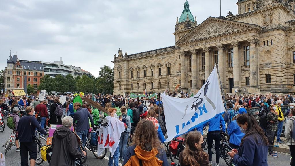 NAJU und NABU im Demozug vor dem Bundesverwaltungsgericht.<br/>Foto: René Sievert