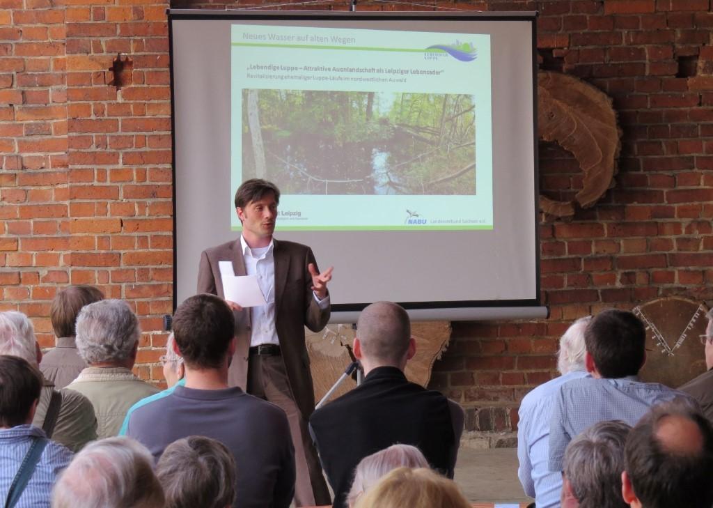 Bürgermeister Heiko Rosenthal, Leipzigs Beigeordneter für Umwelt, Ordnung und Sport, lüftete das Geheimnis ums Auwaldtier des Jahres 2013. Foto: Karsten Peterlein