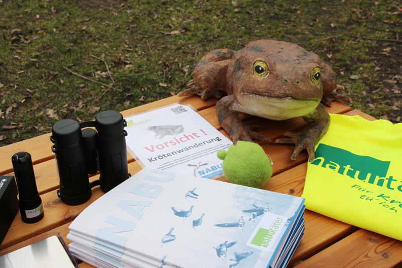 Ferngläser, Taschenlampen und Warnweste für Naturtäter.<p/>Foto: Maria Vitzthum