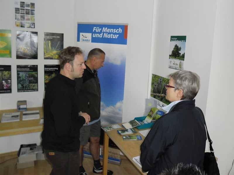 Besucher und NABU-Aktive kamen miteinander ins Gespräch und die Gäste konnten sich mit Informationsmaterial versorgen. Foto: René Sievert