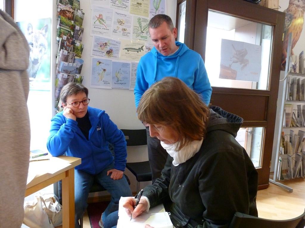 Die Vorstandsmitglieder Kirsten Craß (links) und Karsten Peterlein im Gespräch mit einer LVZ-Reporterin, die zum Tag der offenen Tür gekommen war.