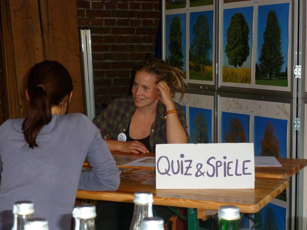 NABU-Mitstreiterin Lena Kretz hatte spannende Quizfragen für kleine und große Naturfreunde und Nachschwärmer vorbereitet.</p>Foto: Daniela Dunger