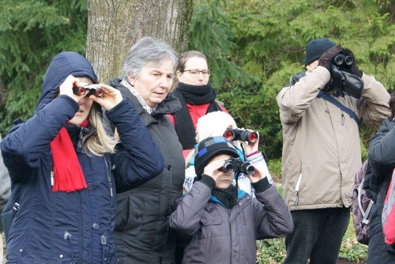 Große und kleine Vogelfreunde haben bei der NABU-Vogelführung viel zu entdecken. Foto: René Sievert