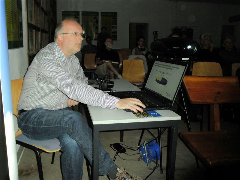 Hans Kasperidus vom Helmholtz-Zentrum für Umweltforschung (UFZ) bediente Laptop und Beamer beim Fachvortrag zur Eröffnung der Leipziger Naturschutzwoche 2012.<p/>Foto: René Sievert