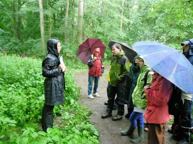 Franka Seidel erläutert den Verlauf des Burgauenbachs. Dieses Gewässer wurde unter Mitarbeit des NABU naturnah angelegt, v. a. um die 'Waldspitze' mit Wasser zu versorgen.<p/>Foto: René Sievert