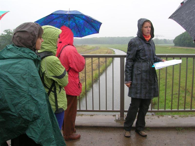 Auch am Sonntag kam eine Exkursion an der Neuen Luppe vorbei. Franka Seidel von der Auwaldstation (rechts) erklärte den Teilnehmern die Ökologie unterschiedlicher Fließgewässer.<p/>Foto: Kirsten Craß