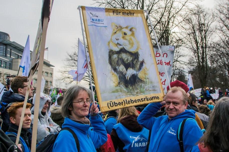 """Ein besonderer Blickfang war wieder der Feldhamster aus Leipzig. Das Banner """"Für mehr (Über)lebensräume"""" wurde auf Grundlage eines Aquarells angefertigt, das der Mundmalkünstler Markus Kostka zur Verfügung gestellt hatte.</p>Foto: Ludo Van den Bogaert"""