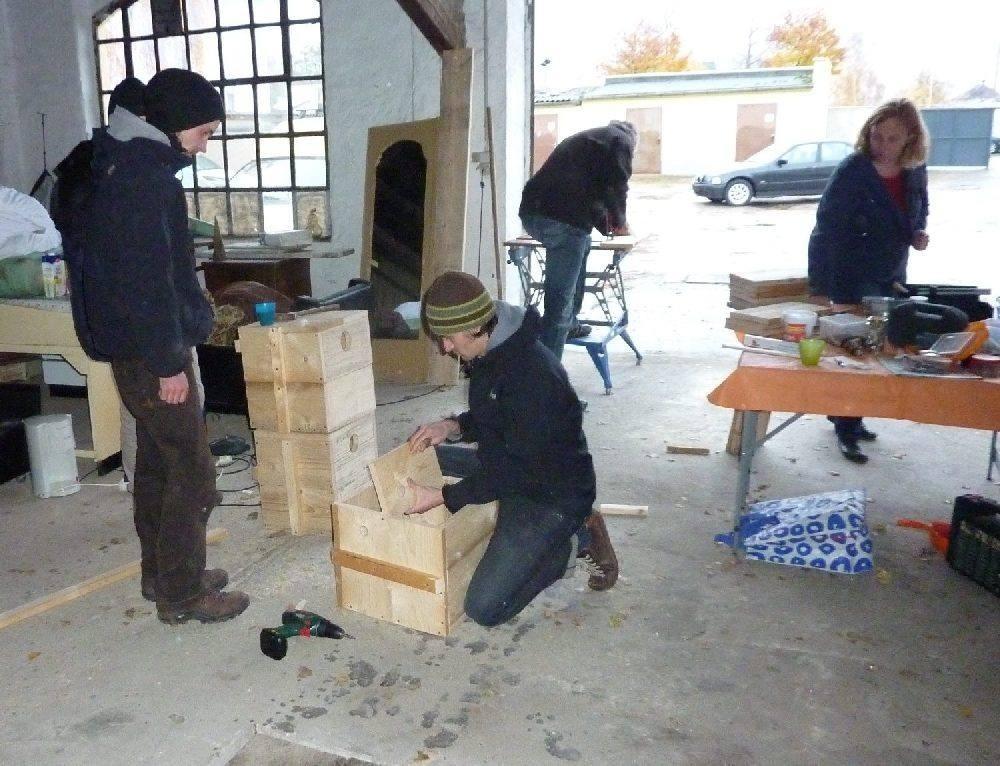 NABU und erleb-bar beim gemeinsamen Dohlenkastenbau. Foto: Karsten Peterlein