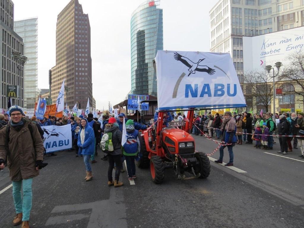 Mit rotem Trecker war der NABU unterwegs.