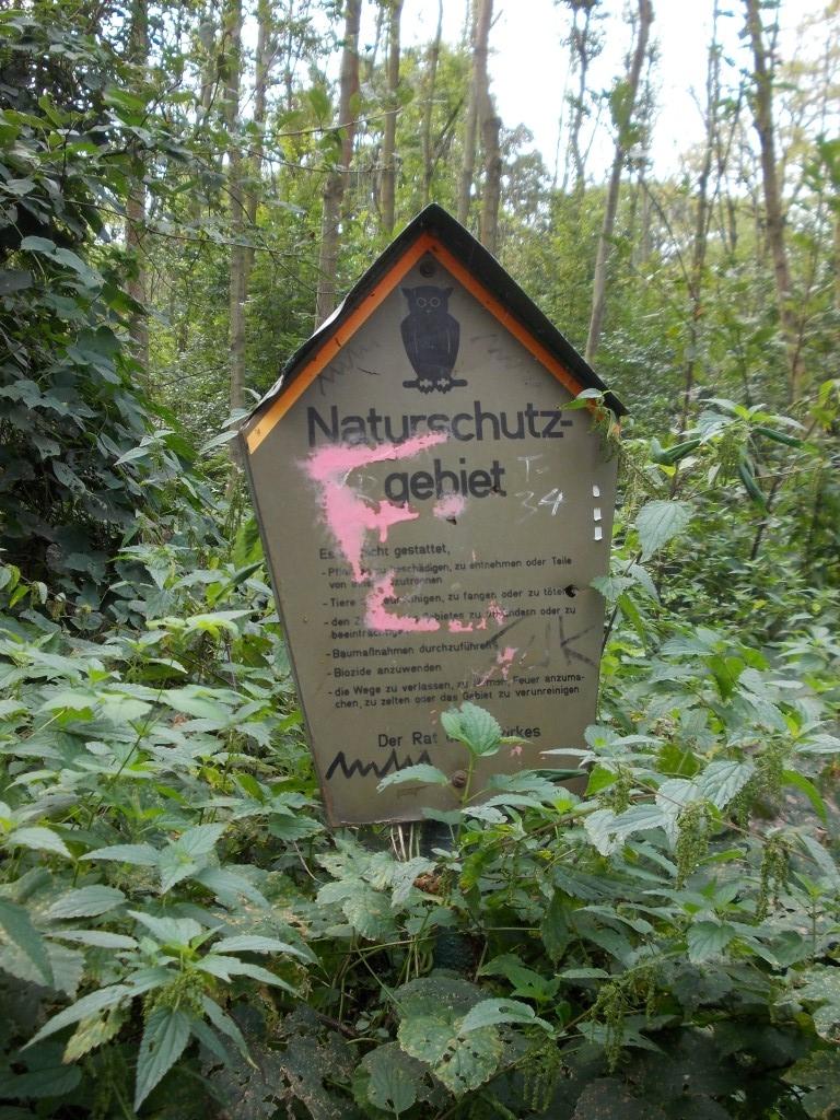 Schilder, die auf Naturschutzgebiete hinweisen sieht man leider nur selten.