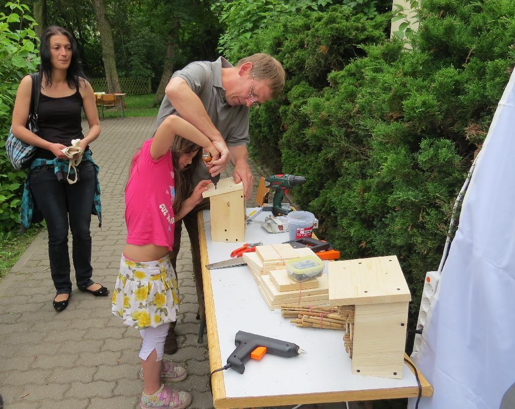 Kinder konnten auch selbst Akkuschrauber und Klebepistole ausprobieren.
