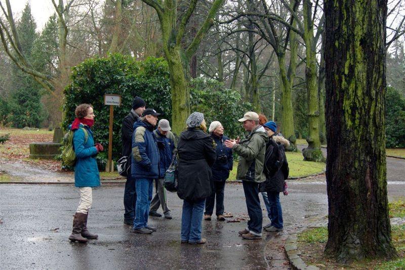 NABU-Vogelexperte Karsten Peterlein führte die Exkursion über den Südfriedhof.
