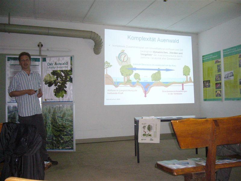 Wissenschaftliche Fakten zur Auwaldökologie und aktuelle Forschungsergebnisse präsentierte Mathias Scholz vom Helmholtz-Zentrum für Umweltforschung (UFZ).<p/>Foto: Claudia Tavares