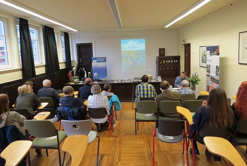 """Dr. Bernhard Kegel (Biologe und Buchautor) unterhielt sich mit dem Publikum über Stadtnatur und las aus seinem Buch """"Tiere in der Stadt""""."""