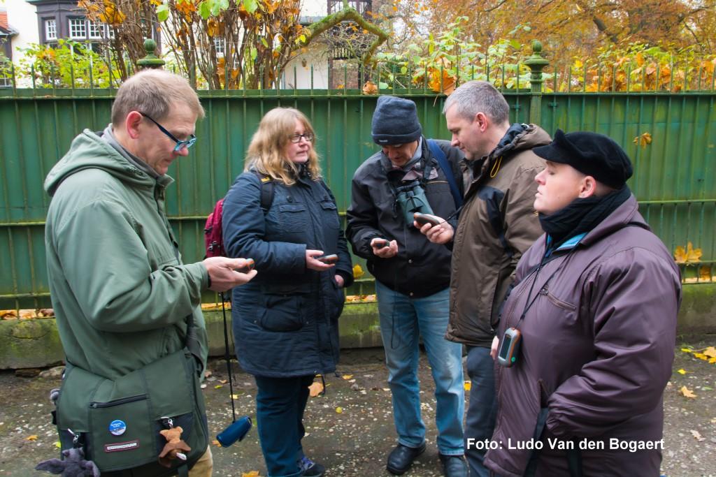 """Ausgerüstet mit GPS-Geräten, Ferngläsern und Fotoapparaten sind die """"Höhlenforscher"""" des NABU.."""