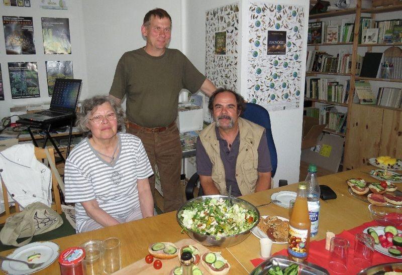 Nach den arbeitsreichen Wochen in Herbst und Winter haben sich die Mitglieder des Arbeitskreises 'Vogelschutz in der Stadt' im Mai 2013 im Naturschutzbüro des NABU Leipzig zu einem gemütlichen Vereinsabend getroffen.</p>Foto: Karsten Peterlein