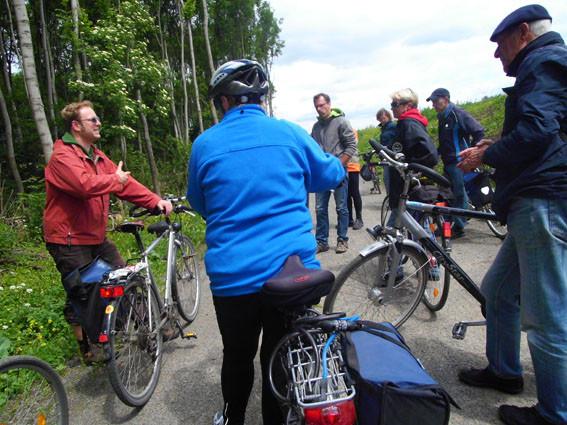 Am 2. Juni konnten Naturfreunde mit dem Fahrrad alte Flussläufe erkunden. Geführt wurde diese Tour von Torsten Wilke vom Leipziger Amt für Stadtgrün und Gewässer (3.v.l.) und Philipp Steuer vom NABU (1.v.l).<p/>Foto: Maria Vitzthum