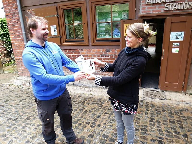 """Franka Seidel von der Auwaldstation in Leipzig-Lützschena erhält die Plakette """"Hier sind Schwalben willkommen!"""" von René Sievert."""