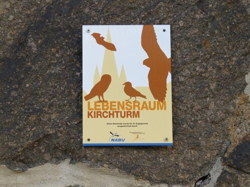 Mit der NABU-Plakette 'Lebensraum Kirchturm' wurden in Leipzig Gemeinden geehrte, die sich besonders engagiert für den Artenschutz einsetzen und mit dem NABU zum Wohle der Gebäudebrüter zusammenarbeiten.<p/>Foto: Karsten Peterlein