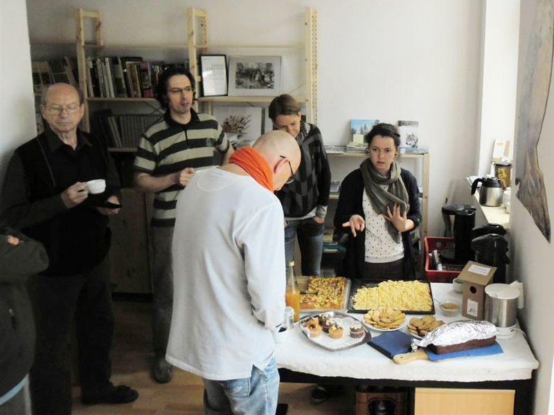 Mit Kuchen und Getränken wurden die Gäste in der neuen Geschäftsstelle bewirtet. Foto: René Sievert