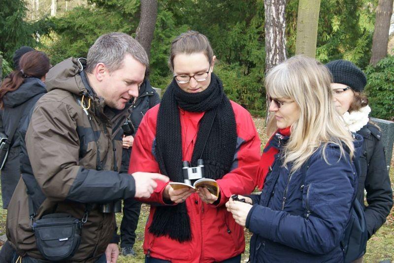 Karsten Peterlein (links) vom NABU Leipzig informierte über die Vogelwelt. Foto: René Sievert