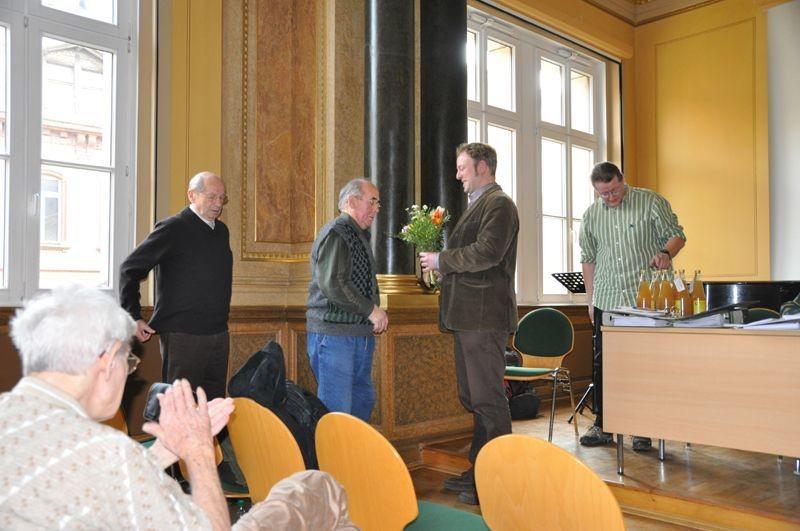 Philipp Steuer verabschiedete den alten Vorstand und überreichte Blumen; zuerst an Roland Zitschke ...