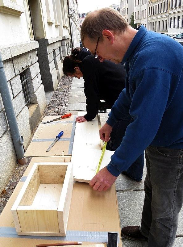 ... die fleißigen Handwerker, für viele neue Mauersegler-Nistkästen in Leipzig.