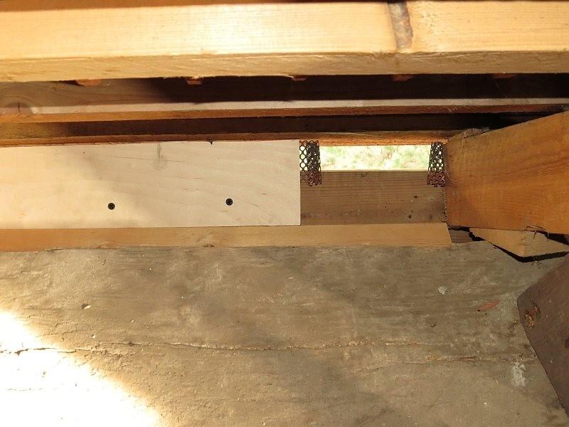 Die Vogelschutzgitter, die das Einschlüpfen der Vögel in den Turm verhindern sollten, wurden geöffnet und passgenau ein Brutkasten dahinter gebaut.