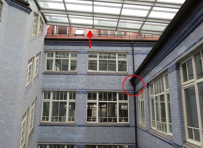 Hinter der Dachrinne (roter Kreis) befindet sich das Nest. Durch die Öffnung (roter Pfeil) zur Dachschräge sind die Vögel ein und ausgesflogen.