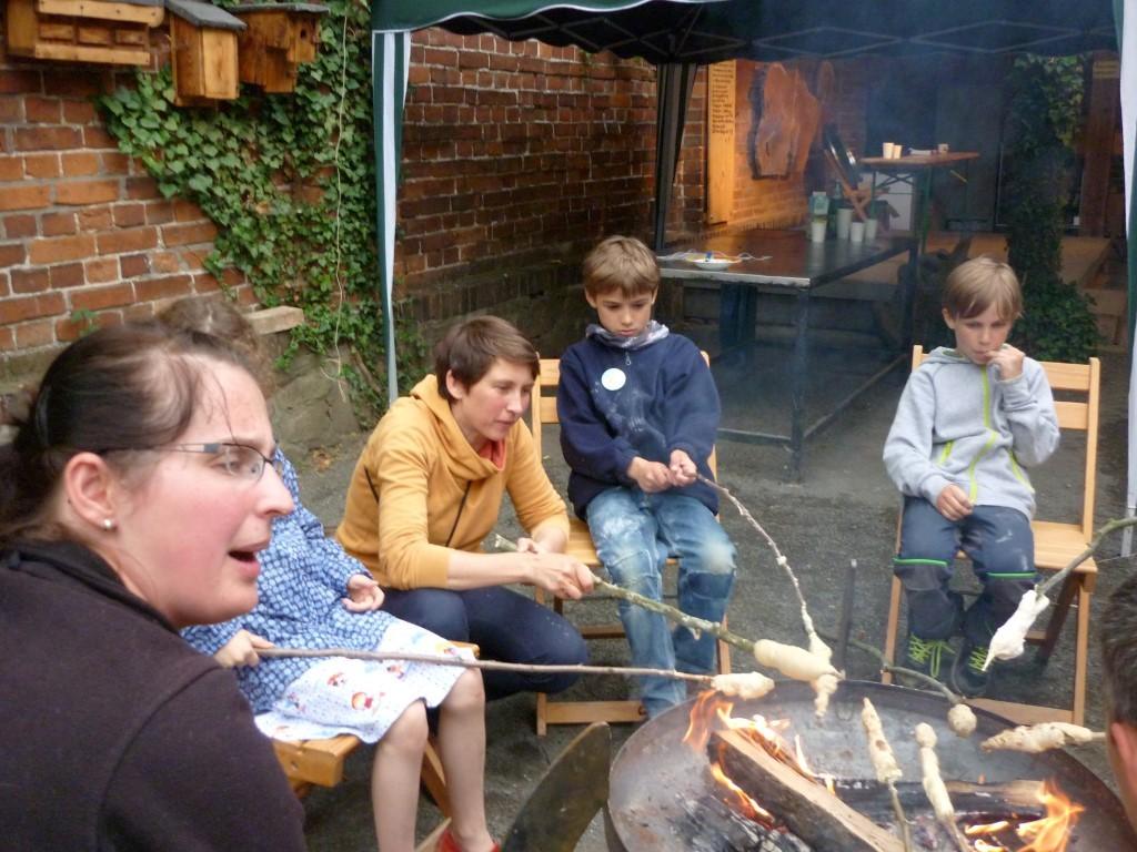 NABU-Mitarbeiterin Daniela Dunger (links) hatte Teig für Stockbrot angerührt - mit Begeisterung versammelten sich hungrige Naturfreunde an der Lagerfeuerschale, um sich ihr Abendbrot zu rösten.</p>Foto: NABU Leipzig