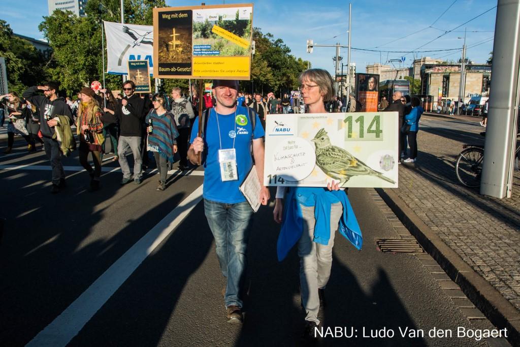 Demonstranten des NABU machten auf Naturschutzprobleme und Initiativen für Arten- und Klimaschutz aufmerksam.