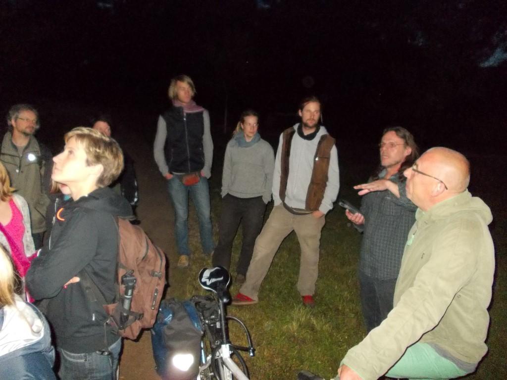 Zum Abschluss führte NABU-Fledermausexperte Andreas Woiton (2.v.r.) die Naturfreunde in den Lebensraum der nachtaktiven Flattertiere.</p>Foto: René Sievert