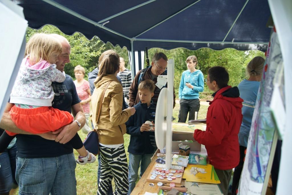Viele Naturfreunde nutzten auch die Gelegenheit, die NABU-Mitstreiter auf aktuelle Themen anzusprechen oder um Fragen zur Tier- und Pflanzenwelt loszuwerden. Foto: René Sievert
