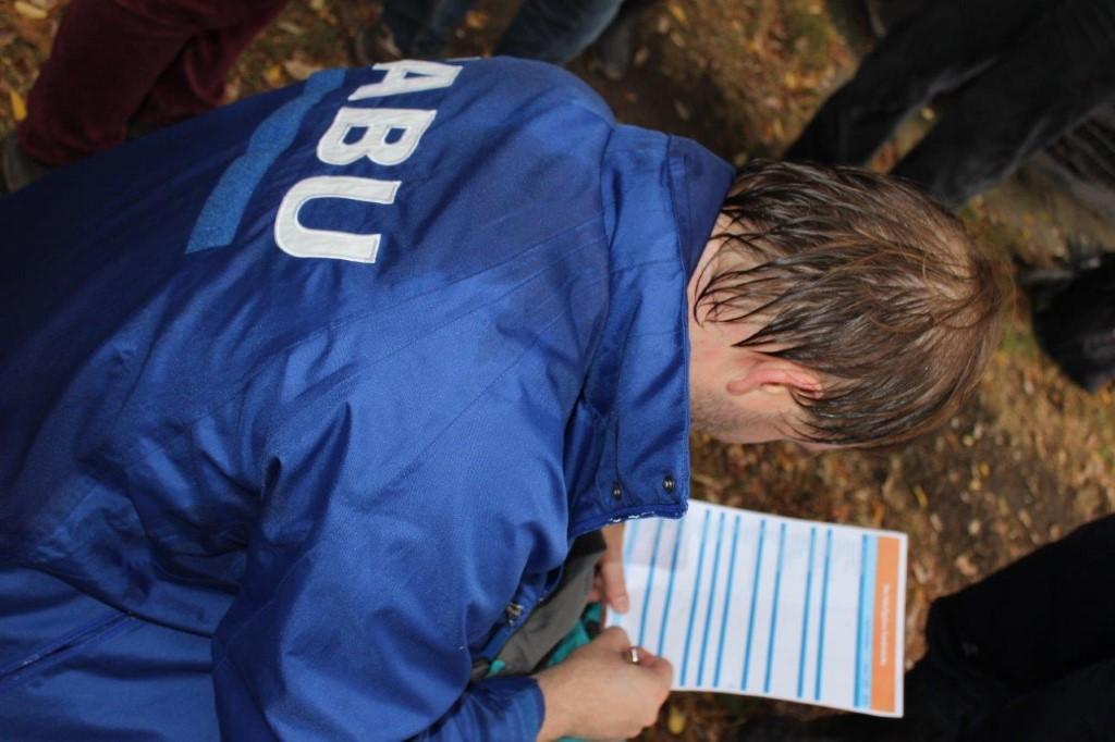 Für die deutschlandweite Statistik wurden die gefundenen Müllmengen in den Erfassungsbogen des NABU eingetragen.</p>Foto: Ina Ebert