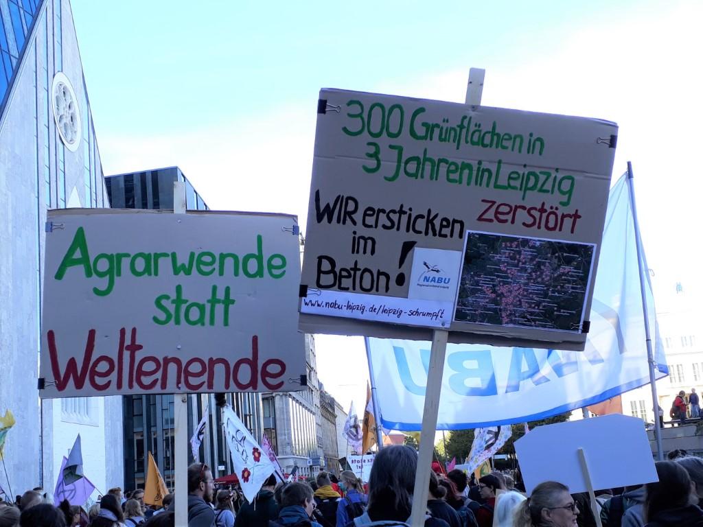 """Der NABU Sachsen führte in der Demonstration den """"Landwirtschaftsblock"""" an und forderte eine Agrarwende für Klimaschutz und Artenvielfalt."""