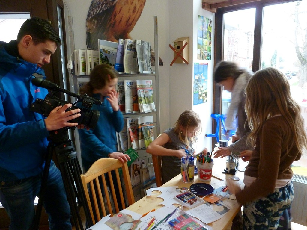 Besuch hatten die Naturschützer auch von Reportern, beispielsweise von einem Kamerateam des Info-TV Leipzig (http://www.info-tv-leipzig.de/mixed/allgemeines/naturschutzbund-nabu-leipzig-feierte-seinen-25-gebursta/).