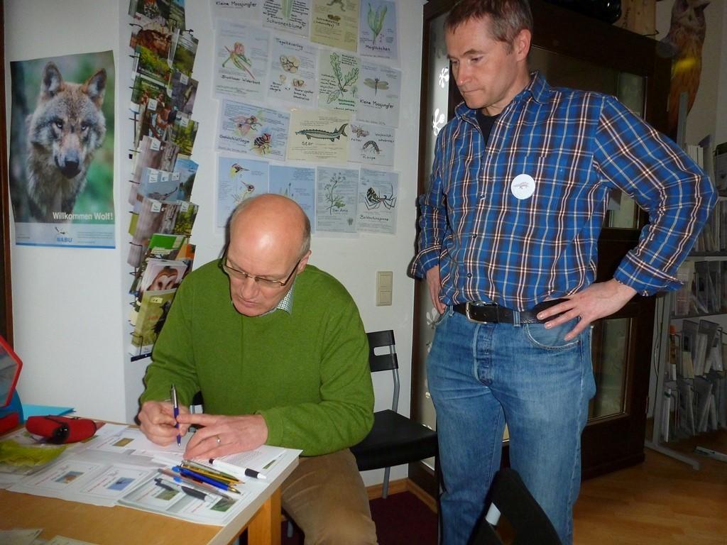 NABU-Mitstreiter Mario Vormbaum (rechts) hatte ein Vogelrätsel unter dem Motto 'Wer bin ich?' vorbereitet.