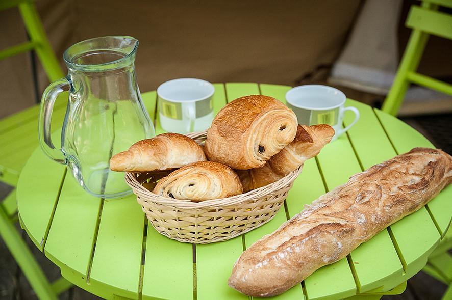 Camping Sites & Paysages  Les Saules à Cheverny - Loire Valley - Le plaisir du petit déjeuner en pleine nature